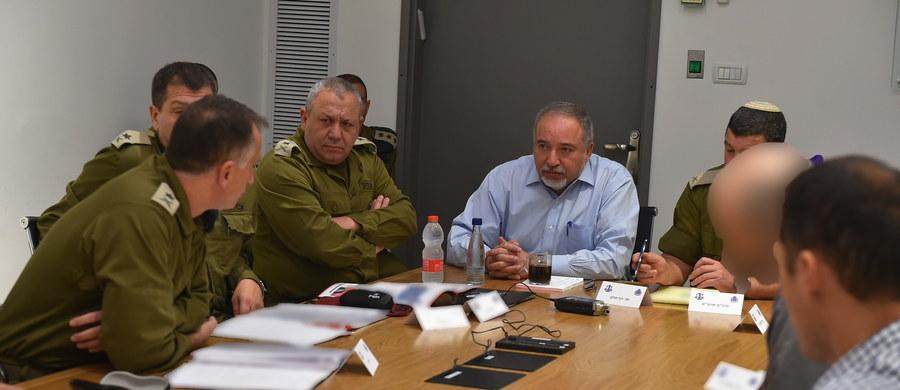 Minister obrony Izraela Awigdor Lieberman podał się w środę do dymisji, protestując przeciw rozejmowi z palestyńskimi ugrupowaniami ze Strefy Gazy, a jego partia Nasz Dom Izrael opuściła koalicję rządową, co zwiększa prawdopodobieństwo upadku gabinetu Benjamina Netanjahu.