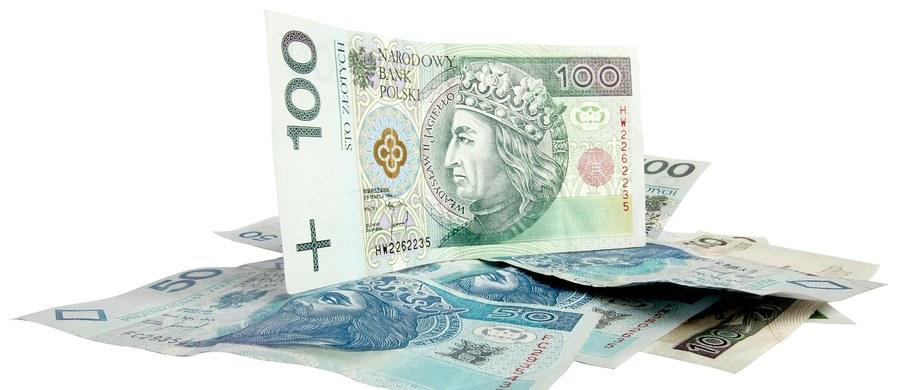 Sprawy bankowe i ekonomiczne są mi niemal zupełnie obce. Poza używaniem kart płatniczych i internetowej bankowości nie mam z nimi nic wspólnego. Nie będę więc udawał, że w sprawie tak zwanej afery KNF wiem cokolwiek więcej niż przeciętny opłacacz rachunków. Jedno co wiem, to fakt, że władze państwowe muszą sprawę wyjaśnić do spodu, zarówno ze względu na zaufanie obywateli do polskiego systemu bankowego, jak i zaufanie wyborców do siebie. Sprawy kredytów frankowych, Amber Gold czy polisolokat poważnie zaufanie i do systemu finansów publicznych, i do ówczesnej władzy nadwyrężyły. Prawo i Sprawiedliwość dostało możliwość rządzenia między innymi, a nawet przede wszystkim po to, by chore mechanizmy, które na takie afery pozwalają, zmienić.