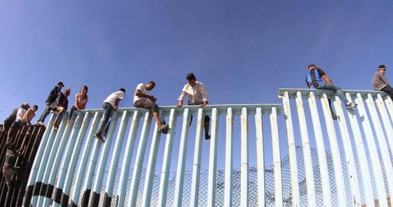 """Kilkutysięczna karawana migrantów, która wyruszyła z Hondurasu, coraz szybciej zbliża się do granicy Meksyku z USA. Pierwsze setki ludzi dotarły już do samej granicy w pobliżu Tijuany, nazywanej """"bramą Meksyku""""."""