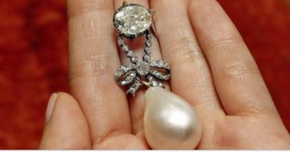 Wisior ozdobiony diamentami i wielką perłą, należący dawniej do królowej Francji Marii Antoniny, został sprzedany na aukcji w Genewie. Cena? Ponad 36 mln dolarów. To rekordowa suma uzyskana za pojedynczą perłę - informuje organizator aukcji, dom Sotheby's. Wyceniany wcześniej na sumę od 1 do 2 mln dolarów wisior kupił prywatny nabywca, który chciał zachować anonimowość. Na aukcji w Genewie pod młotek trafiło w sumie dziesięć klejnotów Marii Antoniny, m.in. diamentowa brosza, którą sprzedano za 1,75 mln dolarów, i perłowa, wysadzana diamentami kolia, która znalazła nowego właściciela za blisko 2 mln dolarów.