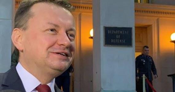 """Minister obrony narodowej Mariusz Błaszczak, po zakończeniu rozmów w Waszyngtonie, powiedział, że Polska """"jest na dobrej drodze aby osiągnąć sukces"""" w staraniach o lokalizację stałej bazy wojsk amerykańskich w Polsce. Jak dodał, atmosfera dwudniowych rozmów  zarówno w Pentagonie, jak i w amerykańskim Senacie była bardzo dobra. Amerykański odpowiednik ministra Błaszczaka James Mattis zapytany, czy popiera polski pomysł ws. amerykańskiej bazy, odpowiedział: jest to sprawa, nad którą wspólnie pracujemy."""