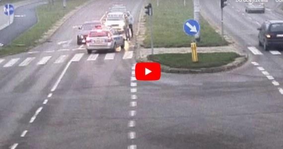 Na jednym ze skrzyżowań w Olsztynie na światłach zatrzymał się samochód. Z wnętrza auta słuchać było głośną muzykę, a za kierownicą siedział młody mężczyzna.