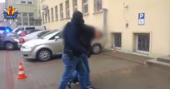 Łódzcy policjanci zatrzymali 6 pseudokibiców, którzy pobili i okradli sympatyka innego klubu piłkarskiego. Mężczyzna miał na tyle poważne obrażenia głowy, że trafił do szpitala.