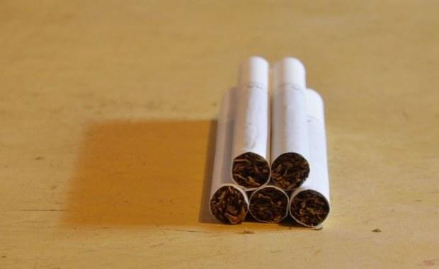 Ponad 2,5 tony tytoniu niewiadomego pochodzenia oraz urządzenia do jego przetwarzania zabezpieczyli w czasie akcji w województwie łódzkim funkcjonariusze Krajowej Administracji Skarbowej. Zatrzymano cztery osoby podejrzane o udział w tym przestępstwie.