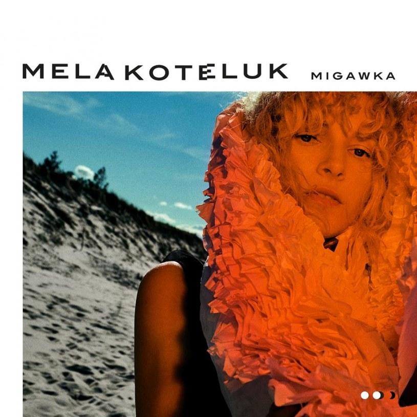 """Mela Koteluk, jak zawsze lekko oniryczna, zwiewna i powabna, na swoim trzecim albumie długogrającym przybiera podobne co zwykle szaty. """"Migawka"""" wydaje mi się jednak najbardziej piosenkową i melodyjną płytą w jej dotychczasowej dyskografii."""