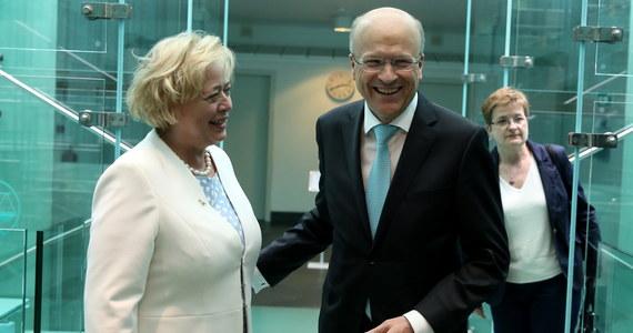 W Luksemburgu dzisiaj pierwsze starcie: Polska kontra Komisja Europejska ws. Sądu Najwyższego. Rozprawa w Trybunale Sprawiedliwości Unii Europejskiej rusza o godzinie 09:00. Nie będzie ona dotyczyć meritum sprawy, ale tego, czy tzw. środki tymczasowe, o których Trybunał zdecydował 19 października, utrzymać w takim zakresie, w jakim zostały zarządzone. Przypomnijmy: TSUE nakazał natychmiastowe zawieszenie przepisów ustawy o Sądzie Najwyższym, odsyłających sędziów po 65. roku życia w stan spoczynku, i przywrócenie odesłanych w ten sposób w stan spoczynku sędziów do orzekania. Podczas dzisiejszej rozprawy w Luksemburgu nie obędzie się - jak donosi korespondentka RMF FM Katarzyna Szymańska-Borginon - bez pytań o to, czy Polska wypełniła to postanowienie. Ze strony Komisji Europejskiej mogą więc pojawić się zapowiedzi, że będzie wnioskować o nałożenie na Polskę dziennych kar pieniężnych. W przypadku Puszczy Białowieskiej było to co najmniej 100 tysięcy euro za dzień zwłoki.