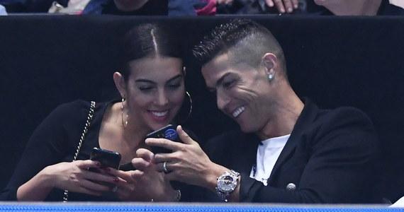 """Cristiano Ronaldo oświadczył się swojej partnerce Georginie Rodriguez i został przyjęty! - doniósł portugalski dziennik """"Correio de Manha"""". Dziennikarze gazety zauważyli, że przebywająca obecnie w Londynie para nosi podobne pierścionki od Cartiera."""