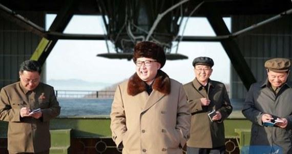 """Przywódca Korei Płn. Kim Dzong Un obserwował test niedawno opracowanej najnowocześniejszej """"nowej broni"""" - twierdzi  północnokoreańska agencja prasowa KCNA. Według agencji, miał też dokonać inspekcji jednego z poligonów. Według KCNA test odbył się w Akademii Nauk Obrony Narodowej. Wyszedł pomyślnie. Kim Dzong Un miał """"nie ukrywać radości"""" z tego powodu."""