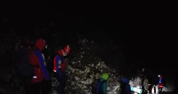 Nocna akcja ratunkowa na Babiej Górze. Późnym wieczorem o pomoc poprosiła para studentów. Dziewczyna nie była w stanie zejść ze szczytu. Ratownikom przyznała, że ostatni raz była w górach w podstawówce... nad Morskim Okiem.