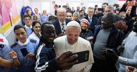 """Dziś Kościół katolicki obchodzi ustanowiony przez papieża Franciszka Światowy Dzień Ubogich, w tym roku przebiegający pod hasłem """"Biedak zawołał, a Pan go usłyszał"""". Z tej okazji Franciszek zje obiad z trzema tysiącami osób biednych i bezdomnych. Uroczysty posiłek w Watykanie zafundował jeden z luksusowych rzymskich hoteli. Ubogich zaprosiły też znane restauracje w centrum miasta."""