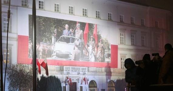 Nie będzie połączenia pomnika Ofiar Katastrofy Smoleńskiej i pomnika Lecha Kaczyńskiego czerwonym, granitowym dywanem. Kilka miesięcy temu minister Marek Suski, który odpowiadał za zbiórkę pieniędzy na budowę pomników, zapowiadał, że oba monumenty mają stanowić całość i będą symbolicznie połączone. Ten pomysł jednak upadł.