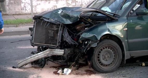 Policjanci poszukują kierowcy ciemnego granatowego lub czarnego forda mondeo, który mógł przyczynić się do wczorajszego karambolu na ul. Pabianickiej w Łodzi. Zderzyło się wtedy 6 aut i rannych zostało dwoje dzieci.