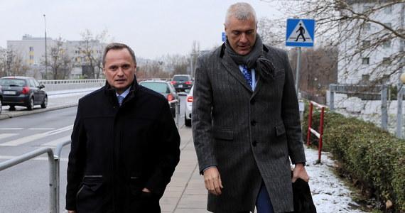 Leszek Czarnecki stawił się o 10:35 w śląskim wydziale Prokuratury Krajowej w Katowicach. Przesłuchanie właściciela Getin Noble Banku zaczęło się o godz. 11:00. Miliarder jest pierwszą osobą przesłuchiwaną przez śledczych w aferze KNF.