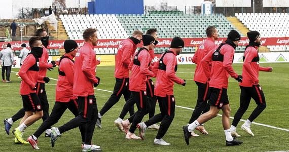 Piłkarska reprezentacja Polski wyruszyła o poranku do Portugalii: jutro zmierzy się z reprezentacją tego kraju w ostatnim w tym sezonie meczu Ligi Narodów. Na murawie nie zobaczymy kontuzjowanych Roberta Lewandowskiego i Artura Jędrzejczyka.