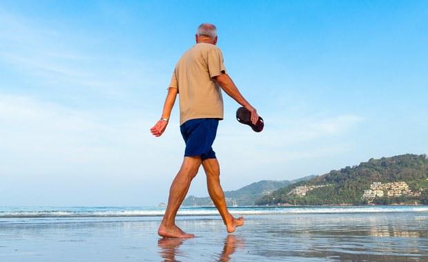 Rak skóry nie uznaje równego statusu kobiet i mężczyzn - dowodzi nowa analiza opracowana przez brytyjską organizację Royal Free London NHS Foundation Trust. Dane z ostatnich trzech dekad z 33 krajów rozwiniętych, głównie europejskich, jasno to pokazały. W 32 z nich wskaźniki przeżycia mężczyzn z tą chorobą są gorsze niż kobiet. Autorzy badania tłumaczą, że mężczyźni gorzej chronią się przed słońcem i lekceważą ostrzeżenia.