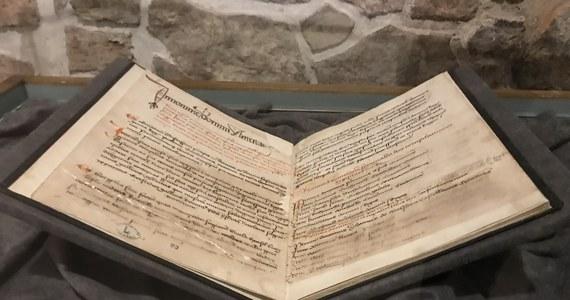"""Dwa historyczne dokumenty, związane z solnymi przedsiębiorstwami w Wieliczce i Bochni (Małopolskie), można oglądać na wystawie w Zamku Żupnym w Wieliczce. """"Są to dokumenty wyjątkowe na skalę europejską"""" - powiedział historyk prof. Piotr Franaszek. Zwiedzający Zamek Żupny w Wieliczce mają okazję zobaczyć """"Statut Żup Krakowskich"""" spisany na polecenie króla Kazimierza Wielkiego w 1368 r."""" oraz """"Krótki a dokładny opis zarządzania i stosunków wielicko-bocheńskich w 1518 roku"""", sporządzony z inicjatywy ówczesnego żupnika, zarządcy skarbu królewskiego, Jana Bonera."""