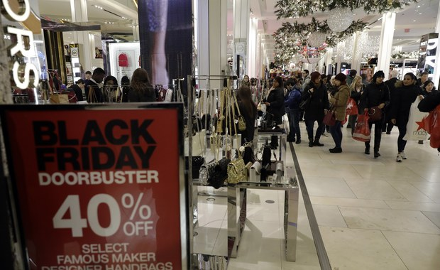Black Friday  w Polsce to dosyć nowa tradycja. Przyjęła się jednak chętnie, bo w końcu kto nie lubi niższych cen. Piątek wielkich przecen zaczął się w Stanach Zjednoczonych. To zawsze piątek po Dniu Dziękczynienia (czyli czwarty piątek listopada). Jest to też oficjalny początek sezonu zakupów przed Bożym Narodzeniem.