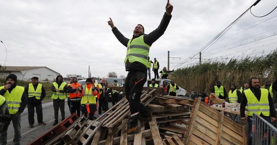 Trzeci dzień trwa we Francji ogólnokrajowa fala protestów przeciwko polityce prezydenta Emmanuela Macrona. Zablokowane zostały drogi, autostrady, supermarkety i składy paliwa w ponad 350 miejscach.