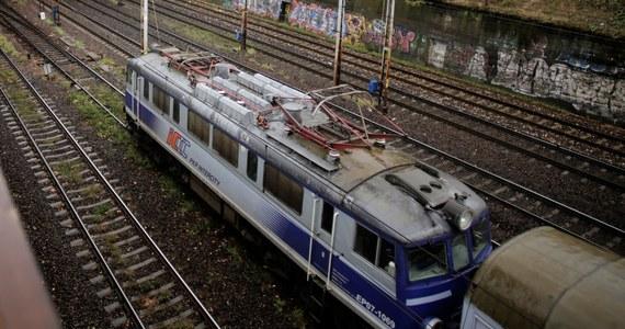 Opóźnione były pociągi z Warszawy do Skierniewic, Łodzi, Kutna, a także w kierunku Krakowa i Katowic. Wszystko przez uszkodzony rozjazd na stacji Warszawy Włochy. Pociągi wyjeżdżające ze stolicy na zachód mogły jechać tylko po dwóch torach, zamiast po czterech.
