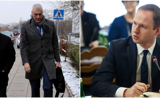Leszek Czarnecki był czwartym świadkiem przesłuchanym w śledztwie dot. afery w Komisji Nadzoru Finansowego - ustalili reporterzy RMF FM. Pierwsza trójka świadków stawiła się w katowickiej prokuraturze już w ubiegłym tygodniu. Ich tożsamość jest tajemnicą - śledczy nie chcą zdradzić w tej sprawie żadnych szczegółów. Dziennikarze RMF FM ujawnili również, że na wniosek katowickiej prokuratury agenci CBA z Warszawy przeszukali mieszkanie byłego już szefa KNF Marka Chrzanowskiego: zabezpieczyli dokumenty i nośniki elektroniczne.