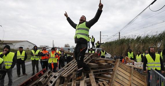 Kończy się trwająca już czwarty dzień we Francji fala protestów przeciwko polityce prezydenta Emmanuela Macrona. Tak przynajmniej twierdzi tamtejsze MSW. Policjanci i żandarmi stopniowo likwidują blokady na drogach i autostradach.