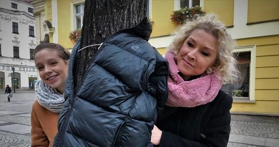 Otulcie drzewa kurtkami, płaszczami czy swetrami – apeluje mieszkanka dolnośląskiej Świdnicy. Z tak pozostawionych rzeczy będą mogli skorzystać potrzebujący. Pomysł Marta Kowalska podpatrzyła na profilu społecznościowym znajomego z Grecji, który informował o podobnej akcji w Turcji i Bułgarii. Reakcja na portalach społecznościowych pokazała, że to strzał w dziesiątkę.