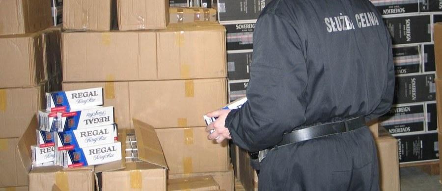Funkcjonariusze Krajowej Administracji Skarbowej udaremnili próbę przemytu w ciężarówce 440 tysięcy paczek papierosów. 30-letni litewski kierowca tira został aresztowany na trzy miesiące.