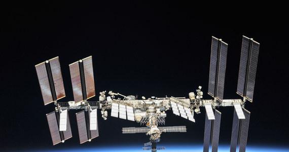 Miedzynarodowa Stacja Kosmiczna (ISS) ma już 20 lat. 20 listopada 1998 roku pierwszy element przyszłego kosmicznego laboratorium, rosyjski moduł Zarja, wystartował na pokładzie rakiety Proton na orbitę Ziemi. Rozpoczął się największy i najbardziej ambitny, międzynarodowy program badawczy w przestrzeni kosmicznej. Obecnie, w pełni już urządzone laboratorium pozostaje jedynym aktywnym centrum badawczym na orbicie, umożliwiającym prowadzenie w warunkach nieważkości eksperymentów z różnych dziedzin nauki, od biologii i medycyny po inżynierię materiałową. Bez ISS trudno byłoby marzyć o dalszym podboju kosmosu, w tym załogowym locie na Marsa.