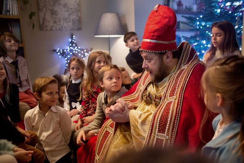"""Olaf Lubaszenko obchodzi urodziny 6 grudnia, czyli w Mikołajki. W tym sensie zupełnie zrozumiałe wydaje się to, że w filmie """"Miłość jest wszystkim"""" gra Świętego Mikołaja. Jego staruszek z siwą brodą jest jednak daleki od stereotypu."""