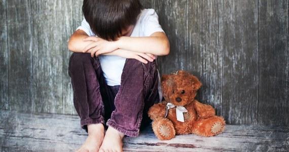 Lubuska policja szuka mężczyzny, który w nocy z piątku na sobotę został przyłapany w łóżku z 12-letnim niepełnosprawnym chłopcem w niedwuznacznej sytuacji. Do zdarzenia doszło w Kłodawie w Lubuskiem, koło Gorzowa Wielkopolskiego. 36-latka w łóżku z synem znalazła matka chłopca. Grzegorz J. uciekł i do dziś trwają jego poszukiwania.