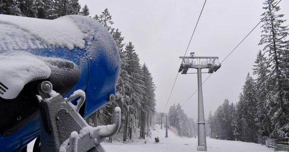 W Karpaczu ruszyły przygotowania do sezonu narciarskiego. Utrzymująca się niska temperatura pozwala na naśnieżanie stoków. Armatki pracują bez przerwy od kilku dni. Jeżeli pogoda się utrzyma, sezon narciarski na części stoków może ruszyć już na przełomie listopada i grudnia.