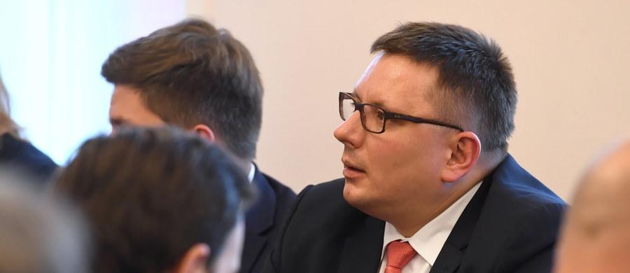 PLL LOT z powodu dwutygodniowego strajku związków zawodowych odwołały 130 na 4619 rejsów, co oznacza 2,8 proc. ogólnej liczby połączeń wykonanych przez przewoźnika w tym czasie - poinformował w środę prezes spółki Rafał Milczarski. Dodał, że strajk to porażka obu stron - spółki i związkowców.