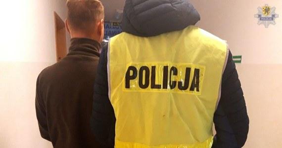 31-letni mężczyzna, który w Widlinie koło Kartuz na Pomorzu usiłował wciągnąć do swego samochodu 15-latkę, usłyszał zarzut dotyczący zmuszania przemocą do określonego zachowania. Grozi mu do 3 lat więzienia.