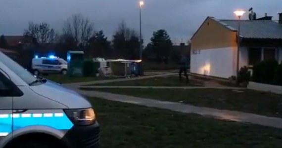 Pięciu mężczyzn terroryzowało i zastraszało mieszkańców jednego z osiedli w Lesznie w Wielkopolsce. Bandyci wdzierali się do mieszkań swoich sąsiadów, grozili pobiciem i śmiercią, wyłudzali pieniądze. Sprawców zastraszania zatrzymała policji. Grozi im do 15 lat więzienia.