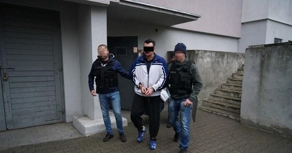 """Poszukiwany listem gończym """"Jurgen"""", członek zorganizowanej grupy przestępczej, którą z kolei kierował """"Kadafi"""", wpadł pod Bydgoszczą. Został zatrzymany na działce. 50-letni Jaromir M.O. był poszukiwany od 2 sierpnia."""