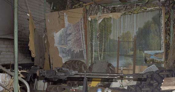 """""""Nie chcę produkować obrazów pełnych brutalności, staram się dokumentować codzienność. Tamta wojna nie wygląda jak film, to głównie nuda"""" – mówi RMF FM Jan Jurczak. Fotograf, dokumentalista, który przez rok kilkakrotnie odwiedzał rejon frontu na przedmieściach Doniecka mówi Grzegorzowi Jasińskiemu o tym, jak wygląda życie w cieniu wojny, o rutynie, która pomaga radzić sobie z rzeczywistością i dzieciach, które nie pamiętają już normalnego świata. Jurczak, który przez pewien czas pracował w rejonie frontu jako paramedyk teraz zbiera fundusze na pomoc ludziom z Avdiivki, których tam poznał. """"Chcę oddać trochę tego, co od nich dostałem"""" - podkreśla."""