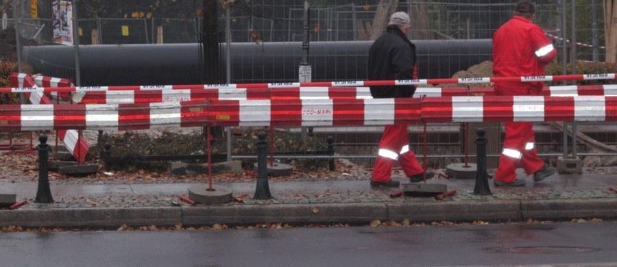 """Około 400 dzieci z dwóch szkół na osiedlu """"Na Skarpie"""" w Toruniu zostało ewakuowanych po rozszczelnieniu instalacji gazowej - informuje Komenda Wojewódzka Państwowej Straży Pożarnej w Toruniu. Do awarii doszło w wyniku prac ziemnych. Straż pożarna zakończyła działania w miejscu rozszczelnienia instalacji gazowej w jednej z dzielnic Torunia. Dopływ gazu został zamknięty, a zablokowana wcześniej ulica Konstytucji 3 maja została odblokowana. Ruch samochodów i tramwajów w tej części miasta odbywa się normalnie."""