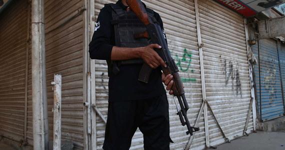 Co najmniej dwóch policjantów zginęło w ataku na konsulat Chin w Karaczi, największym mieście Pakistanu. Do ataku przyznali się bojownicy z separatystycznej Armii Wyzwolenia Beludżystanu. Według służb, trzech napastników zostało zabitych.