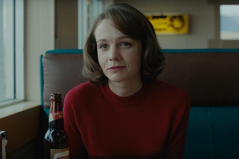 """Od czasu światowej premiery na festiwalu w Sundance krytycy są zgodni co do tego, że choć """"Kraina wielkiego nieba"""" to trzy genialne kreacje aktorskie, sercem filmu jest Carey Mulligan. Aktorka tworzy poruszająco szczery i wielopłaszczyznowy portret kobiety, która ma już dość udawania bycia idealną żoną i postanawia uwolnić się z pozornie tylko szczęśliwego związku."""