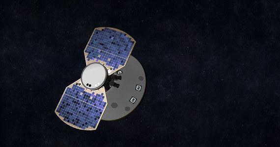 Marsjańska sonda InSight zbliża się do Czerwonej Planety. W poniedziałek tuż przed godziną 21:00 polskiego czasu ma lądować w płaskim rejonie Elysium Planitia. Centrum kontroli NASA bacznie obserwuje wszelkie dane na temat stanu samej sondy, jaki i warunków panujących na Marsie, by w razie potrzeby wprowadzić w ostatniej chwili jakieś poprawki. Jednym z trzech podstawowych urządzeń badawczych na pokładzie sondy jest Kret HP3, próbnik służący do pomiaru strumienia ciepła z wnętrza planety, którego zasadniczy element wbijający zbudowała polska firma Astronika. Za InSight podążają dwie małe sondy MarCO (o rozmiarach walizek), które mają pomóc w jak najszybszym przesłaniu na Ziemię danych z lądowania.