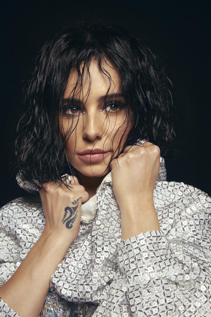 """Proste i szczere wyznanie stało się tytułem najnowszego singla Cheryl. """"Love Made Me Do It"""" zapowiada nową płytę brytyjskiej wokalistki, następcę wydanego w 2014 albumu pt. """"Only Human"""". Sporo zmieniło się w życiu gwiazdy, wygląda też na to, że zmiany czekają także jej muzykę."""
