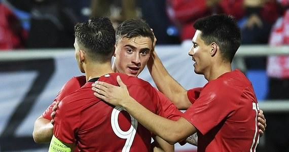"""Włochy, Hiszpania, Polska i Belgia – tak wygląda grupa """"A"""" młodzieżowych mistrzostw Europy w piłce nożnej. Impreza odbędzie się w drugiej połowie czerwca przyszłego roku we Włoszech. Drużyna Czesława Michniewicza ma zatem nieco ponad pół roku na przygotowanie doskonałej formy, która będzie bardzo potrzebna. Biało-czerwoną młodzież czeka dużo trudniejsze zadanie niż podczas zakończonych sukcesem eliminacji."""