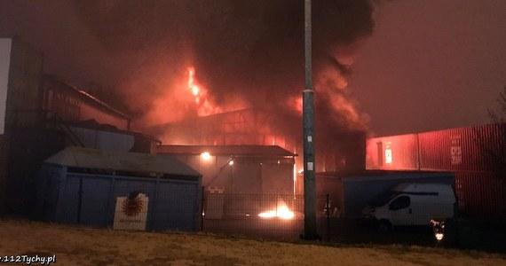 Strażacy dogaszają pożar w Mikołowie w woj. śląskim, gdzie w piątek zapaliła się hurtownia zabawek przy ul. Gliwickiej. Ogień rozprzestrzenił się także na sąsiedni magazyn. Nie ma osób poszkodowanych.