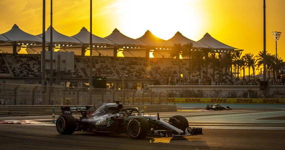 Lewis Hamilton - który już wcześniej zapewnił sobie piąty tytuł mistrza świata - wygrał kwalifikacje przed niedzielnym wyścigiem o Grand Prix Abu Zabi. Tym samym brytyjski kierowca wystartuje z pole position po raz 83. w karierze. Wyścig w Abu Zabi będzie ostatnią rundą tegorocznych zmagań w Formule 1.