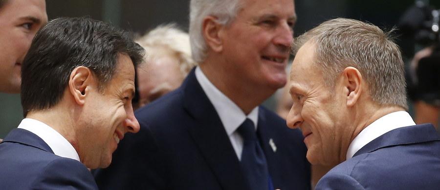 """""""Przyjęte w niedzielę porozumienie ws. wyjścia Wielkiej Brytanii z UE jest najlepszym możliwym"""" - powiedział szef Komisji Europejskiej Jean-Claude Juncker, ostrzegając brytyjskich posłów przed odrzuceniem dokumentu w parlamencie. """"Ci, którzy myślą, że odrzucenie tego porozumienia doprowadzi do tego, że dostaną coś lepszego, będą rozczarowani"""" - dodał. """"Nie jestem szczęśliwy, nikt nie ma powodu do zadowolenia dzisiaj, bo mówimy o rozwodzie politycznym, ale udało się zapobiec najbardziej potencjalnie niebezpiecznym skutkom Brexitu - to juz cytat z szefa Rady Europejskiej Donalda Tuska. Szef polskiego rządu Mateusz Morawiecki podkreślił natomiast, że umowa gwarantuje prawa Polaków na Wyspach, interesy polskich firm i unijny budżet. To, co działo się w niedzielę w Brukseli, śledziliśmy w relacji """"minuta po minucie"""". Oto jej zapis."""
