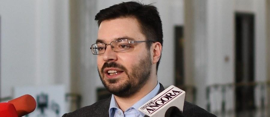"""""""Kukiz'15 ma propozycję """"ustawy antysitwowej"""", którą złoży jutro w Sejmie"""" - zapowiedział w Polsat News wicemarszałek Sejmu Stanisław Tyszka. Przekonywał, że """"partie w obecnym systemie politycznym, to są wielkie agencje pośrednictwa pracy, to są związki łowców posad""""."""