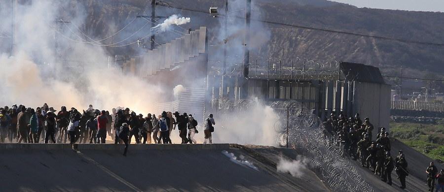 Kilkuset migrantów z Ameryki Środkowej próbowało w niedzielę nielegalnie przekroczyć granicę USA na przejściu granicznym w mieście San Diego w USA a meksykańskim miastem Tijuana. Przejście było zamknięte przez kilka godzin. W niedzielę wieczorem czasu lokalnego amerykańskie władze poleciły jego ponowne otwarcie.