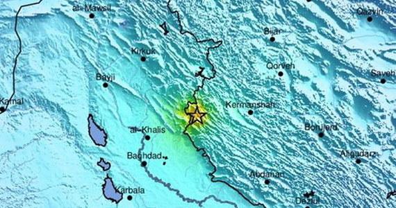 Co najmniej 716 osób odniosło obrażenia w niedzielnym trzęsieniu ziemi na zachodzie Iranu, przy granicy z Irakiem - podała w poniedziałek irańska agencja Mehr. W Iraku według tamtejszych mediów zginęły co najmniej dwie osoby, a ok. 100 jest rannych.