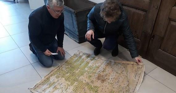 Ostatnie lata przeleżała w piwnicy. Podczas porządków odnaleźli ją pracownicy pogotowia energetycznego i odwieźli wprost do muzeum. Placówka w Kamieniu Pomorskim w Zachodniopomorskiem wzbogaciła się właśnie o mapę z 1888 roku.