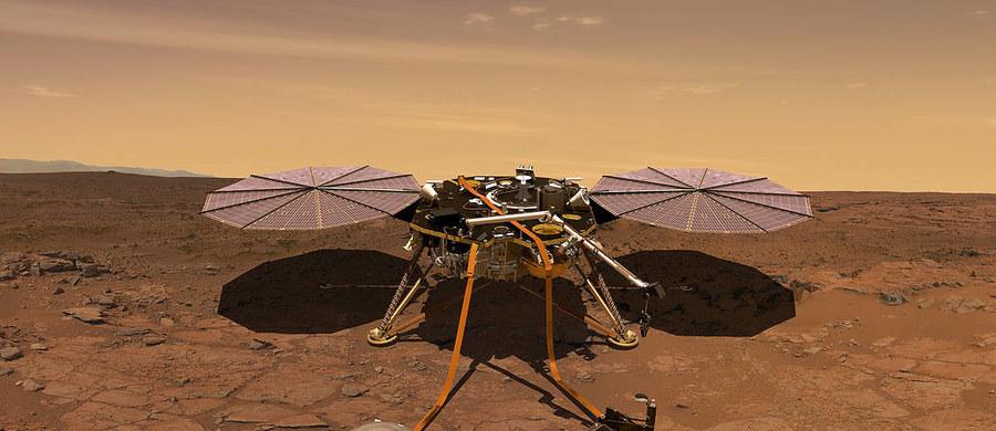 """Sonda InSight dotarła do celu swej podróży. Po siedmiu miesiącach lotu z prędkością dochodzącą do 10 tysięcy km/h, krótko przed 21:00 wpadła w atmosferę Marsa i wylądowała na Czerwonej Planecie. Jako pierwsza marsjańska sonda w historii zajmie się badaniami wnętrza. Będzie to możliwe dzięki polskiemu Kretowi, który wbije """"termometr"""" 5 metrów pod powierzchnię."""